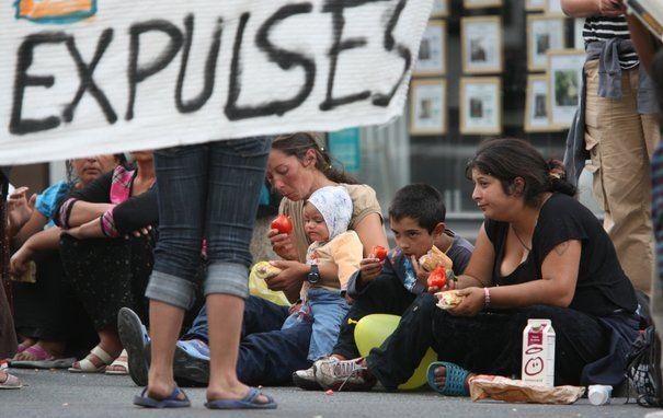 Alors que deux ministres roumains sont en visite officielle à Paris, la France doit renvoyer en avion ce jeudi 22 août 2010 près de 300 Roms vers la Roumanie, portant à 8300 le nombre de Roumains et de Bulgares raccompagnés depuis le début de l'année. LIRE SUR http://www.lexpress.fr/actualite/societe/en-pleine-visite-roumaine-la-france-renvoie-300-roms_914918.html