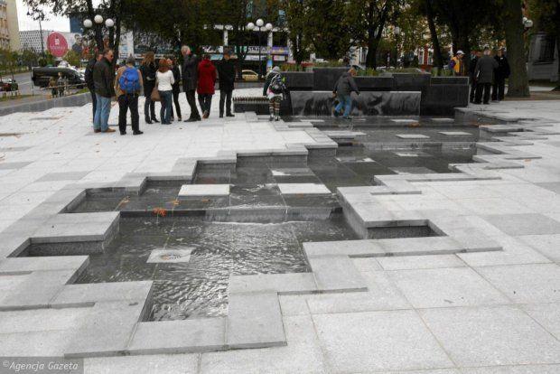 Centralnym miejscem skweru stała się mała fontanna, która połączona jest z placem wyłożonym granitowymi płytami.
