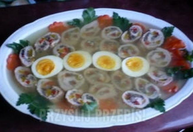 4 duże plastry schabu 15 dag pieczarek czerwona i żółta papryka po kawałku natka pietruszki 5 dag sera sól, pieprz do dekoracji: ugotowane jajko i marchewka, natka pietruszki itp. żelatyna z przyprawami 0,5 l bulionu warzywnego  Plastry schabu rozbić posolić i popieprzyć oraz posypać natką. Następnie układać na przemian ser, pieczarki, paprykę (paseczki).zwinąć w rulon i smażyć na oleju. Jak zrumienią się to podlać wodą i dusić do miękkości. Usmażone roladki ostudzić, pokroić ...