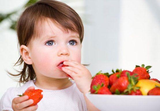 Çocuklarda Sağlıklı Beslenme Alışkanlığı Çocuklarımıza iyi beslenme alışkanlığı kazandıra bilmek için, doğru yiyecekleri,  düzenli öğünlerle sunmalı ama besin tercihleri ve miktarı konusunda, çocuğu serbest bırakmalıyız. Çocukların damak tadı gelişimi anca zamanla olur. Siz çocuğunuza düzenli öğünlerde, dengeli yiyecekler sundukça. Çocuğunuz yiyeceklerin görüntüsüne, kokusuna ve en sonunda tadına alışacak,  Devamı için tıklayınız…