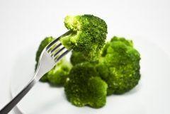 イアソー化粧品iaso   敏感肌にいい食べ物と悪い食べ物がある気をつけたい食生活  敏感肌は一年中悩みがつきませんどんな化粧品も合わなくてメイクするのも辛いそんな敏感肌さん実は普段食べているものが原因かもしれませんよ  敏感肌にいい食べ物悪い食べ物をご紹介するのであなたの食生活も見直してみてくださいね  敏感肌によくない食べ物とは  敏感肌とはお肌のバリア機能が低下している状態のことです  ターンオーバーを正常に整えることで改善されていきますが逆にいうとターンオーバーを乱すような食べ物が敏感肌によくない食べ物と言えます  敏感肌にいい食べ物と悪い食べ物がある気をつけたい食生活  脂質炭水化物  具体的には脂質の多い肉類うどんパスタラーメンなどの麺類は栄養バランスがとりにくくお肌を作るのに必要な栄養素が不足しがちになります  また小麦大麦ライ麦に含まれるグルテンはアレルギーを引き起こすとして最近ではグルテンフリーの食品が多く出回っていますね  冷たいもの…