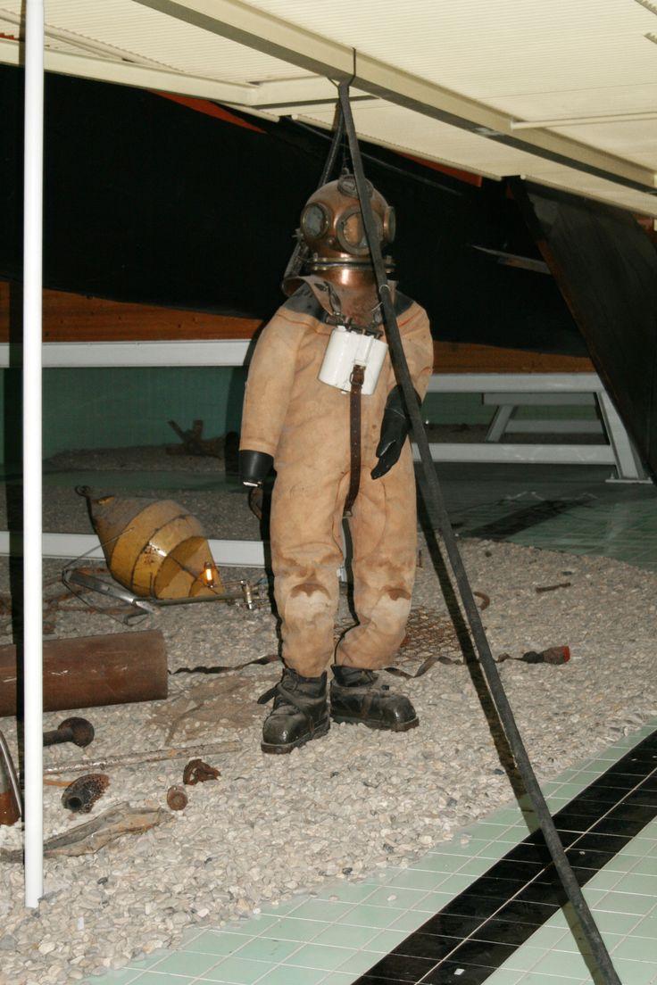 Helmtaucher mussten um 1930 im Duisburger Hafen häufig die Anker der Schiffe befreien. Museum der Deutschen Binnenschifffahrt Duisburg.