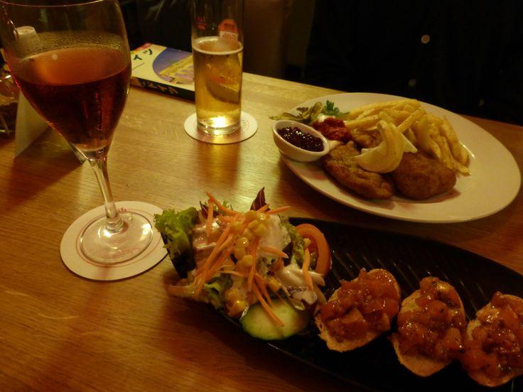 ホテルのレストランにて夕食 トマトのブルスケッタと牛シュニッツエル