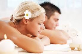 SPA rituál pro zamilované  Délka : 120 min Cena : 2 300,-  Rituál prosycený láskou, něhou, romantickou koupelí v růžích, svíčkami, sektem a masáží afrodiziakálním olejem. Hýčkejte společně svoji lásku.