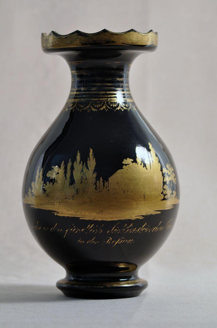 Biedermeier. Černá hyalitová váza se zlatou malbou zahradního paláce Liechtensteinů v Rossau u Vídně. Black hyalith vase.