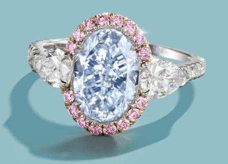 Licitaţia Bonhams din Hong Kong, 01.06.2016, lot 620. Inel Scott West cu un diamant tăiat oval / briliant modificat, 3,04 ct., Fancy Intense Blue (culoare naturală), VS2, certificat GIA; anturat de 16 diamante roz. Montura mai conţine diamante tăiate pară şi rotund / briliant.