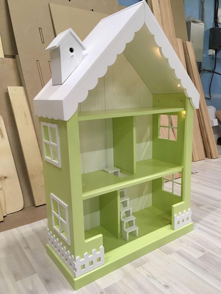 Купить или заказать Кукольный домик-стеллаж с одной лесенкой в интернет-магазине на Ярмарке Мастеров. Очаровательный кукольный домик-стеллаж на 5 комнат подойдет как для игр с куколками, так и для хранения игрушек, ведь в этой модели продумано все для того, чтобы игры с доставляли только радость: красивый дизайн, который украсит комнату любой маленькой принцессы, и прекрасная система хранения! Резные окошки, маленький скворечник на крыше, игрушечный заборчик делают его таким сказочным и&h...