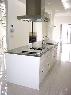 4m70cmの長いワークトップの白いキッチン.. ガゲナウのバーベキューグリルとコンロをビルトイン http://www.stadion.co.jp/