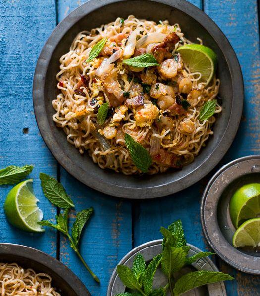 A rendere squisito questo piatto di noodle è il contrasto tra il bacon, i gamberetti e la cipolla dolce. A renderlo perfetto, il condimento con menta, lime e coriandolo ;) #noodle #ricettedalmondo #asia