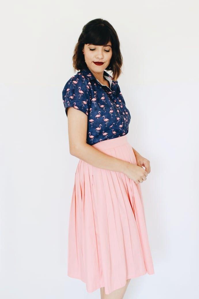 a29721038 @Nahtoff usando Camisa flamingo, camisa fofa, camisa azul,marinho,flamingo, marinho e rosa,saia rosa, saia midi, saia … | Coleção Caixinha de  lembranças em ...
