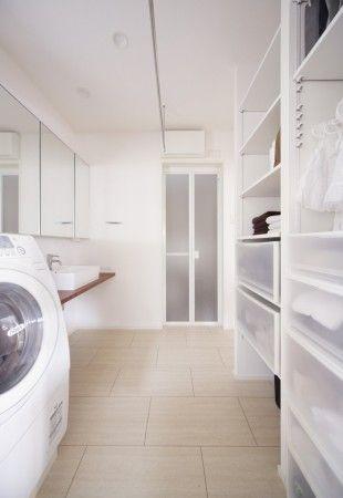 <em>サニタリー</em>たっぷりと収納スペースを設けたサニタリーです。すっきりと清潔感のある空間に仕上がりました。