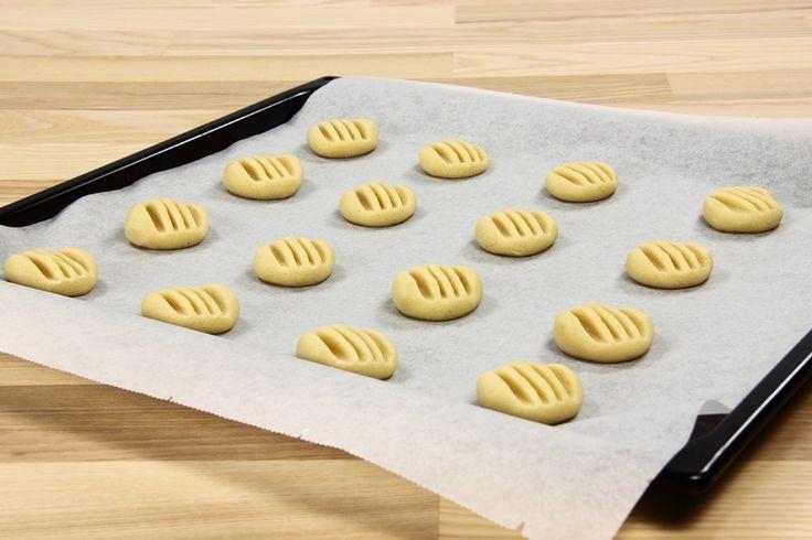 Tænd ovnen på 200 C. <BR> <BR> Rør sukker og smør sammen. Tilsæt ægget og rør igen. Tilsæt melet og rør til dejen bliver glat og smidig. <BR> <BR> Dejen trilles i små kugler og sættes på en bage