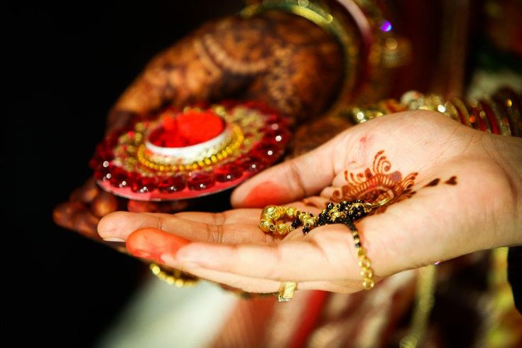 Do we really understand the essence of the seemingly countless rituals? Let us take a look at the essential steps that complete a Hindu wedding. Photo Credits : @StudioViscom