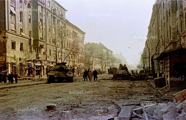 UNGARN, 11.1956.Budapest, IX./VIII. Bezirk.Ungarn-Aufstand / Hungarian uprising 23.10.-04.11.1956:.Verlassene sowjetische Panzer vor der sch...