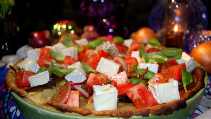 Løkpai med ovnsbakt, kokt og stekt løk, tomat og hvit geitost