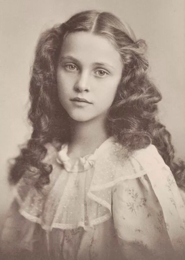 Beautiful Victorian Adolescent.. Anyone else think she looks a little like Kristen Stewart Más
