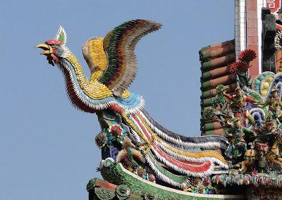 Animales Míticos El Fenghuang  El Fenghuang es un pájaro mitológico chino que reina sobre las demás aves de género femenino (yin) que puede ser aparejado con el dragón chino que se considera macho (yang). El fenghuang también es llamado el Gallo Augusto (鶤雞 hùnjī). Se suele representar con las alas extendidas y atacando serpientes con las garras. Se dice que el fenghuang tiene el pico de un gallo la cara de una golondrina la frente de un ave de corral el cuello de una serpiente la pechuga de…