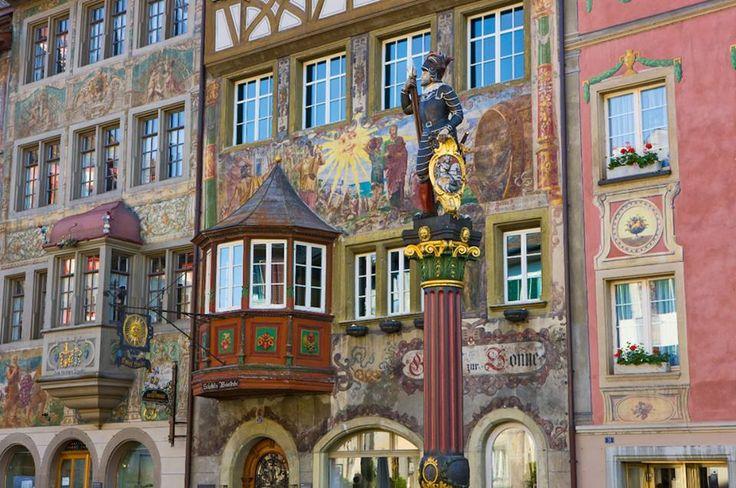 """Stein am Rhein - Suas fachadas medievais se estendem por todo o vilarejo  como este belo exemplo do restaurante  """"Gasthof zur Sonne""""  na """"Altstadt"""" -  antigo centro da cidade"""