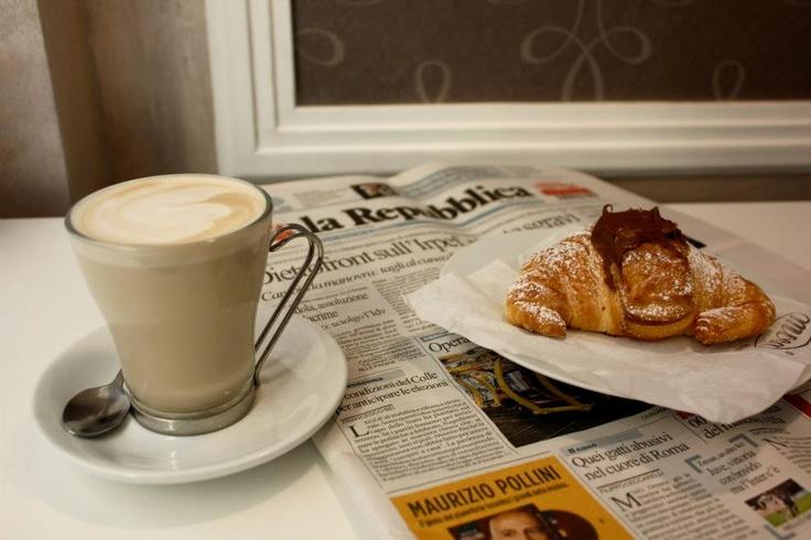 Caffe latte con cornetto alla nutella