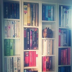 Asymmetrisk bokhylla av Benno dvd-hyllor