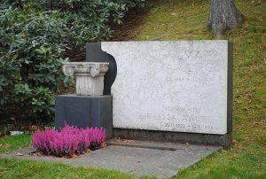 Alvar Aalto Este reconocido y admirado arquitecto murió a los 78 años de edad en Helsinki, víctima de una dolencia cardiaca, el 11 de Mayo de 1976, sus restos están en el cementerio de Hietaniemi, donde se encuentran los de su esposa, sobre una base cuadrada de concreto y un muro recubierto de mármol con su nombre grabado y a un costado una parte de un columna jónica.