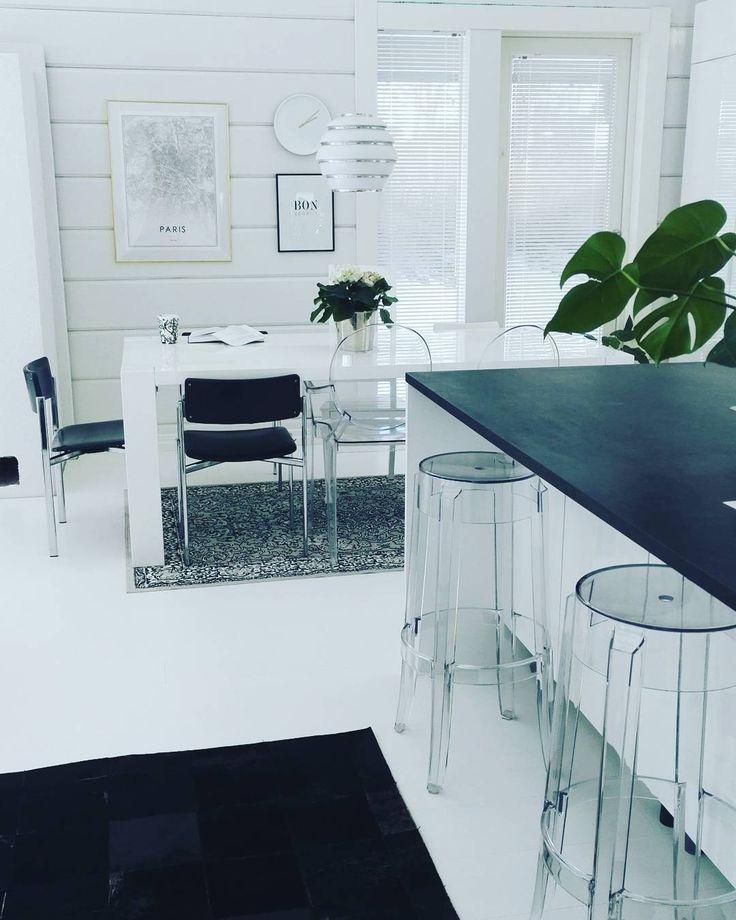 Hirsitalon moderni ruokailutila ja saareke kätkevät itseensä mm. Kartell Charles Ghost jakkarat, Louis Ghost tuolit sekä aina tyylikkään Artek A331 valaisimen.