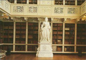 Hoek in de grote bibliotheek van paleis Blenheim (circa 10.000 banden) met het beeld van koningin Ann door Michael Rysbrack