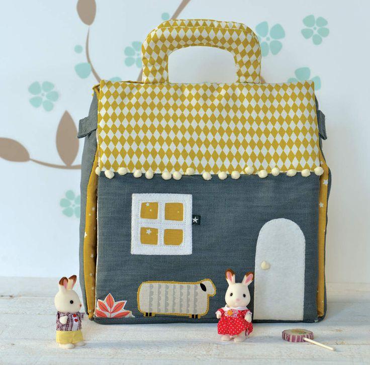 La voici terminée!!! Pour Modes et Travaux, j'ai cousu une petite maison avec les beaux tissus de linnamorata.com. Ma nièce l'a récupérée et elle est aux anges avec les petits lapins Sylvanian, trop chou!!! Pour le patron c'est par ici http://www.mab...