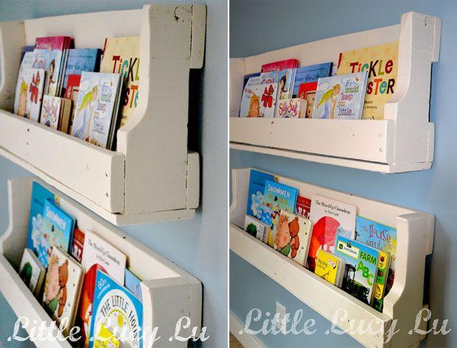 Quem pensa que móveis feitos de paletes tenham sempre um visual pesado, está enganado. Veja como a Little Lucy Lu usou as madeiras recicladas para fazer algumas estantes delicadas e úteis.