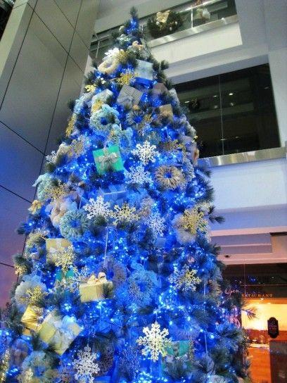 Albero di Natale con addobbi blu