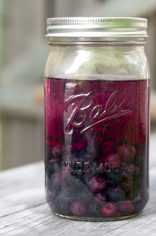 BLUEBERRY INFUSED VODKA + FROZEN LEMONADE COCKTAIL.  Are you kidding me, two of my favs....vodka and mason jars!