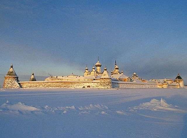 Beyaz Deniz'in tümü Rusya'nın yönetimindedir ve Rusya'nın dahilî denizidir. Denizin kıyısı boyunca 4 ana körfez vardır: Kandalakşa Körfezi, Onega Körfezi, Dvina Körfezi ve Mezen Körfezi'dir. Deniziin en önemli adalar grubu ise Solovetsky Adaları'dır. Onega Körfezi'ndeki Kiy Adası içinde bulunan tarihî manastır nedeniyle önemlidir.