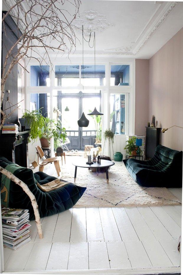 Casa antiga com decoração eclética, paredes bicolores e plantas (Foto: The Nice Stuff Collector/Divulgação)