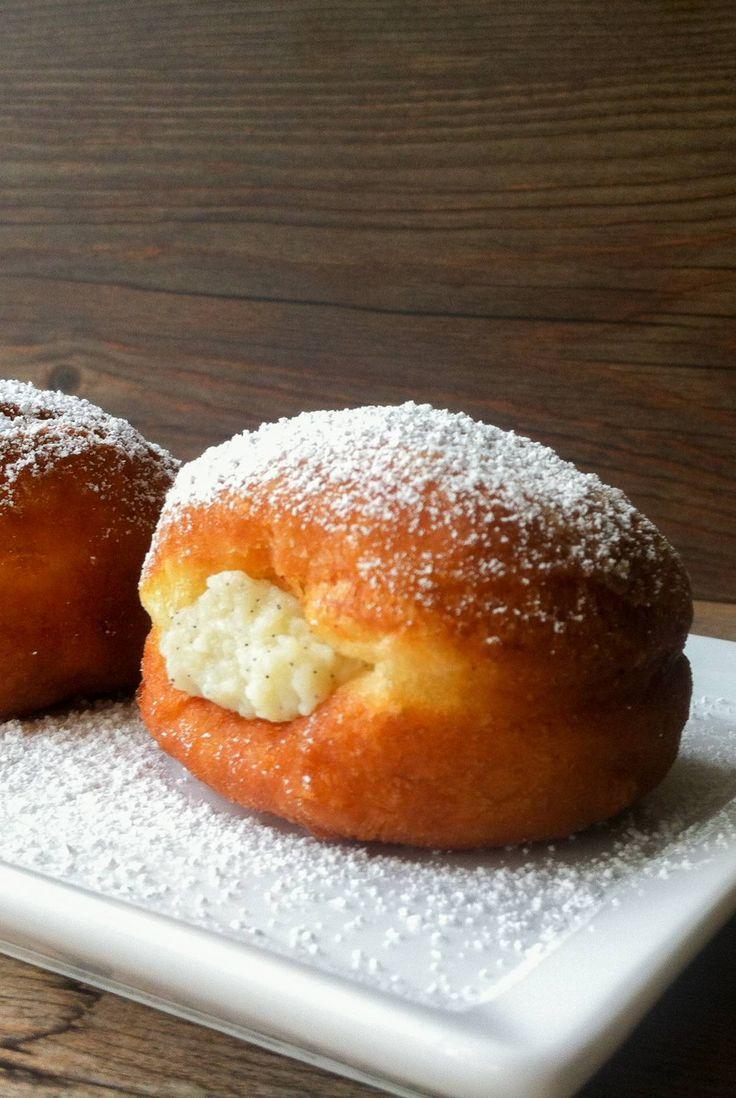 Los berlines chilenos son un pastel frito, similar a un donut relleno con crema pastelera. Delicioso.