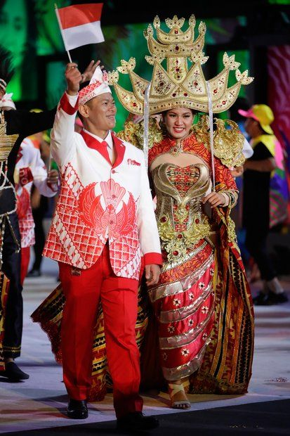 Olympia 2016: Teilnehmer aus Indonesien sind traditionell gekleidet.