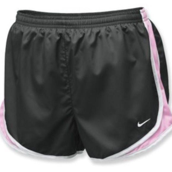 Nike Shorts Diese schwarzen, hellrosa und weißen Nike Shorts befinden sich in …   – My Posh Picks