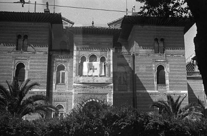 curiosísima fotografía del Palacio de Xifré que nunca antes había visto. Debe de estar tomada durante la Guerra Civil, deduzco, dado que la bandera con la Cruz Roja en el mirador principal da a entender que fue utilizado como hospital, hecho que yo desconocía por completo. Muy interesante.