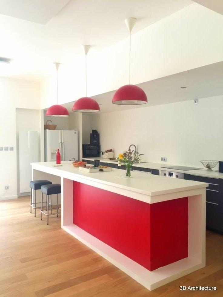 Formes simples et couleurs vives pour l'espace repas.: Cuisine de style de style Moderne par 3B Architecture