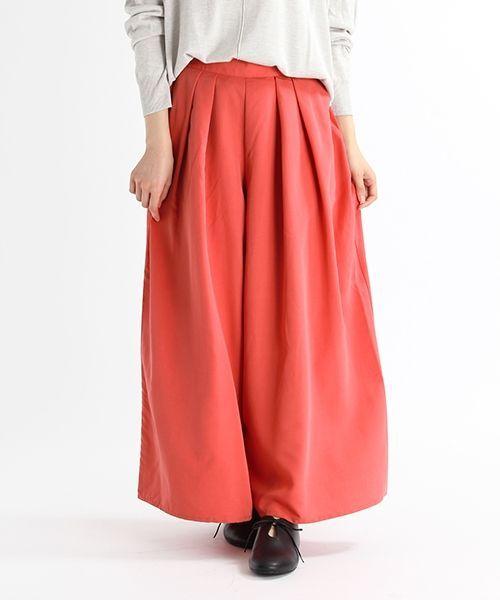裾にかけて広がるスカートの様な女性らしいボリューム感に、動きやすいパンツの要素を合わせたロングスカーチョ。 しなやかさが特徴のレーヨン混の素材を使用し、艶感を抑えた微起毛の質感と軽さのある素材で仕立てているので、 春先の重量感のあるニットやアウターと合わせても春らしい着こなしを先取りできる、季節感のあるおすすめの1枚です。 落ち着いたベーシックカラーと、明るく華やかな印象のピンクはトレンド感も抑えたパッと目を惹く新鮮さが魅力です。  ■広がり過ぎないワイド感と、腰周りの深めなタックですっきりとした上品パンツ。  長いシーズンコーディネートできる軽やかな素材感。