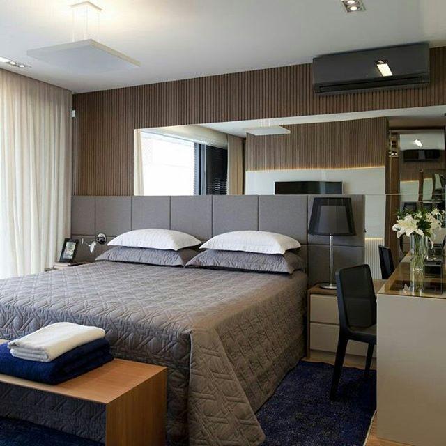 parede revestida de madeira e espelho cabeceira cinza criado mudo mesa de trabalho office com. Black Bedroom Furniture Sets. Home Design Ideas