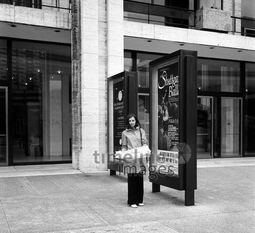Frau mit Stadtplan, 1973 Juergen/Timeline Images #Atmosphäre #atmosphärisch #Design #Designkonzept #Farben #Konzept #kreativ #Kreativität #Moodboard #Mood #Stimmung #stimmungsvoll #Thema #Moodboardideen #Moodboarddesign #Paris #Cafe #Kontraste #Touristen #Jacken #Mäntel #60er