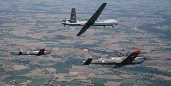 Encadré par deux Epsilon de l'école de pilotage de l'armée de l'air, le MQ-9 Reaper n°612 effectue ses premiers tours d'hélices dans le ciel charentais. © Anthony Jeuland / Armée de l'Air