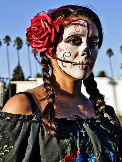 Día de los Muertos/Dia dos Mortos, celebrada a 2 de Novembro, de origem pré-hispânica, que coincide com as celebrações católicas do Dia dos Fiéis Defuntos e de Todos os Santos.