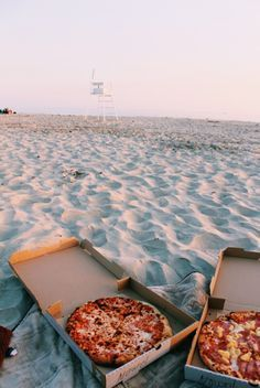 Pizza on the beach! Awesome! Doesn't get much better.