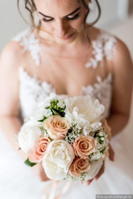 Bouquet da sposa con peonie e rose per un matrimonio dallo stile romantico e elegante