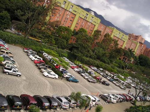 Mas de 1550 carros ingresan los parqueaderos de la Universidad Eafit diariamente.