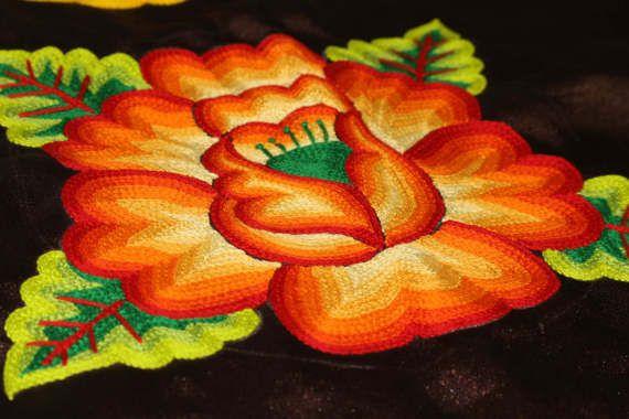 ♥ Sobre este huipil Blusa mexicana de TEHUANA: blusa que visten las TEHUANAS del sur de Mexico, mujeres y muxes zapotecas de Oaxaca, flor rellenas tejida a mano Diseño: flores rellenas tejidas a mano, alrededor de todo el cuello (no cortado) Material: satin café, con forro interior de