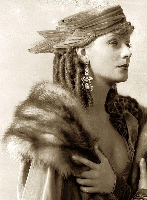Greta Garbo, Romance — 1930: Fashion Beautiful, Romances Art, Greta Garbo, Hollywood Stars, Lady Hats, Classic Elegant, Fashion Forever, Art Deco, Classic Inspiration