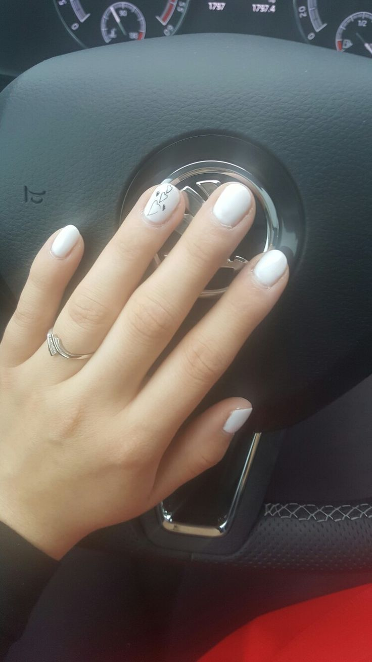 Svatebni nehty -bílé se srdicky