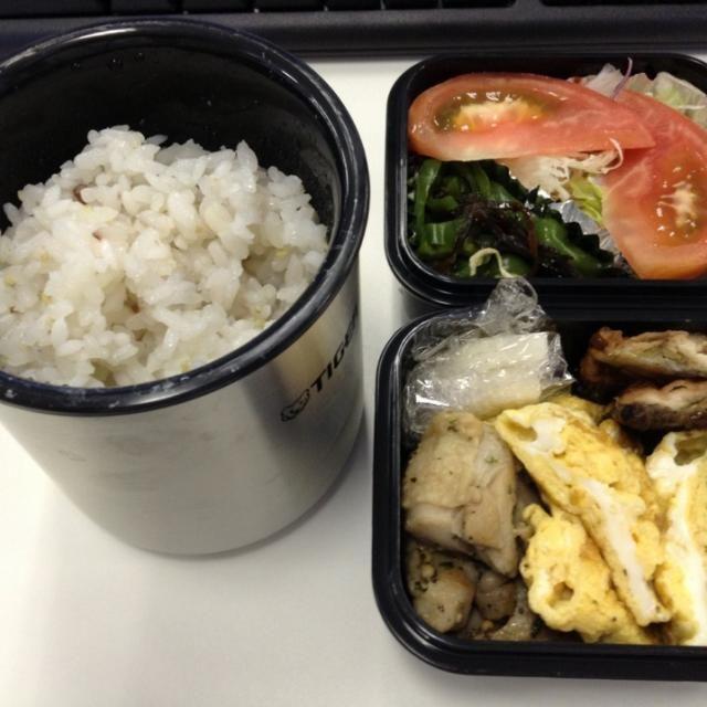 弁当箱を買い替えた。ご飯が温かい。 - 32件のもぐもぐ - 弁当(サンマ蒲焼、玉子焼き、鶏肉バジル焼き、ピーマン昆布、サラダ、大根酢漬け) by SasaMasa213